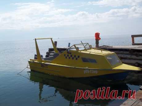 Яхты и катера на причале.