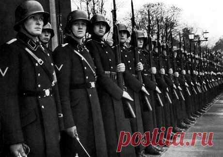 Дивизия СС «Лейбштандарт»: кто служил в личной охране Гитлера В охранный полк, а впоследствии дивизию СС «Лейбштандарт СС «Адольф Гитлер»», занимавшуюся личной охраной фюрера, отбирали только элиту германской молодежи. На конец Великой Отечественной войны Гитлера охранили свыше 80 человек.