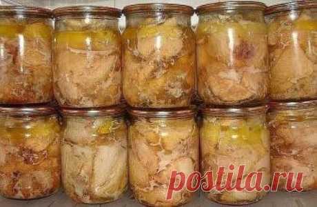 Вкуснейшая домашняя тушенка из курицы  Ингредиенты: -Курица- 2000 граммов -Перец черный горошек- 20 штук -Соль- 20 граммов -Лавровый лист- 4 штуки  Приготовление С мяса курицы снимаем кожу, нарезаем мелкими кусочками, отделаем мяско от костей, укладываем в кастрюльку, солим, перчим, используем любые приправы, которые вам нравятся. Ставим кастрюльку с мяском минут на 40 в холодильник.  Банки тщательно стерилизуем.  Укладываем по 10 перчинок горошком и по 2 лавровых листочка...