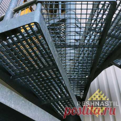 Ступени из решетчатого настила по выгодной цене | Купить металлические ступени из настила для лестниц в Москве