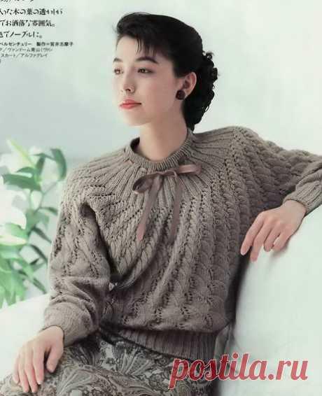 Связанный от горловины пуловер.