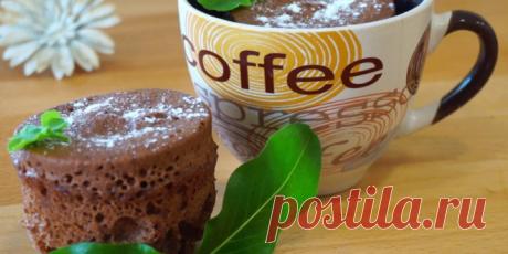 Кекс в кружке за 5 минут «Пальчики оближешь»: вкусный и быстрый десерт без духовки - Русские новости Вам понадобятся следующие ингредиенты: Мука пшеничная (или любая другая) — 2 ст.л. Какао