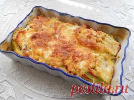 Кабачки, запеченные с помидорами и сыром  Ингредиенты:  Помидоры — 1-2 шт. Кабачок — 200-250 г Перец болгарский сладкий — 1 шт. Сметана — 20 г Молоко — 2,5 ст. л. Яйцо — 1 шт. Сыр твердый — 25–30 г Специи — по вкусу Перец черный молотый — по вкусу Соль — по вкусу  Приготовление:  1. Кабачок нарезать кружочками толщиной примерно около 0,5 см (при желании кожуру с кабачка можно снять). 2. Сладкий болгарский перец очистить от семян. Помидоры и перец нарезать, как и кабачок, к...
