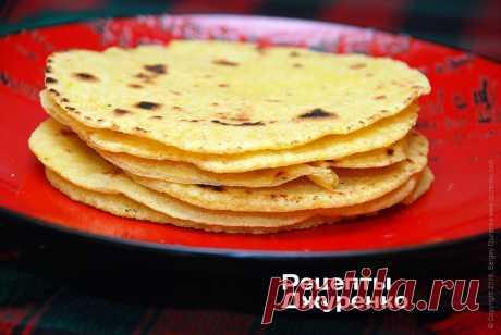Тортилья — лепешки из кукурузной муки для начос и тако Рецепт тортильи, очень вкусные лепешки из кукурузной муки для начос и тако. В лепешкизаворачивают начинку или подают вкачестве хлеба комногим блюдам.