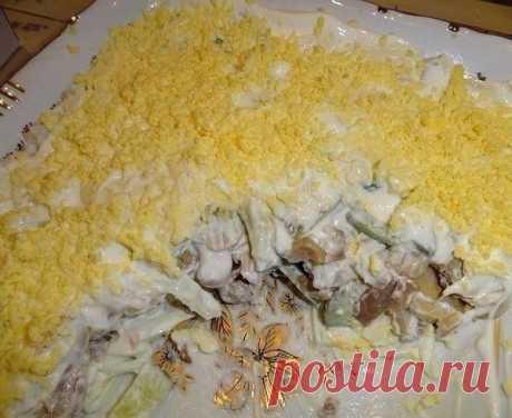 10 салатов с грибами  1. Салат из куриного филе, свежих огурцов и консервированных шампиньонов  Ингредиенты:  -2-3 вареных куриных филе, -3 вареных вкрутую яйца, -2 свежих огурца, -1 небольшая луковица, -1 небольшая банка консервированных шампиньонов, -100 г сыра, майонез  Приготовление:  Куриное филе, огурцы, луковицу порезать кубиками. Из шампиньонов слить воду, при необходимости — порезать. Сыр натереть на мелкой терке. Из яиц вынуть желтки, а белки порезать соломкой. В...