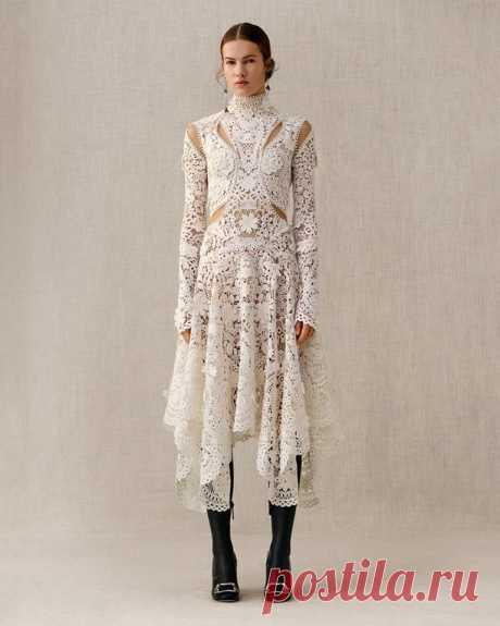 Алекса́ндр Маккуи́н — английский дизайнер модной одежды. Ирландское кружево.