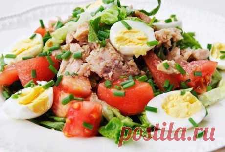 Правильное питание: ТОП-5 идей салатов для легкого ужина   1. Кукурузный салат с тунцом и солеными огурцами   Ингредиенты:  - кукуруза 1 банка  - тунец консервированный 1 банка  - яйца куриные 2 шт.  - огурцы соленые 100 г  - лук 0.5 шт.  - сметана по вкусу  - зелень по вкусу   Приготовление:  Поставить вариться яйца вкрутую. Слить жидкость из банки с тунцом, вывалить его в миску и размять вилкой.  Слить жидкость из банки с кукурузой и смешать ее с тунцом. Огурцы и лук нар...