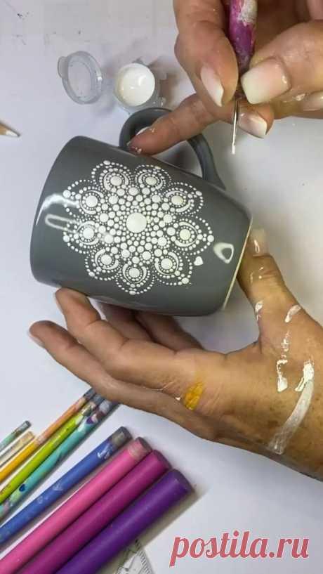 Die dekorative Tasse ist mit Acrylfarben bemalt. Wenn du eine Tasse bemalst und sie für den täglichen Genuss von Tee oder Kaffee nutzen möchtest, dann verwende eine Porzellanfarbe. Porzellanfarben…