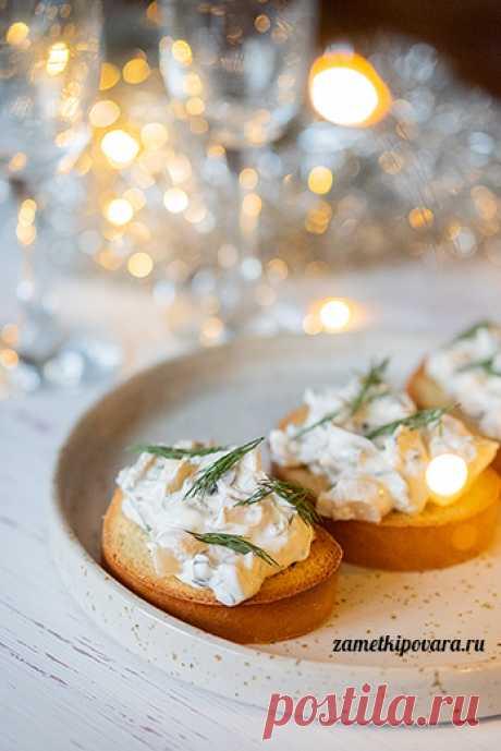 Новогодняя закуска со сливочным сыром, грибами и оливками