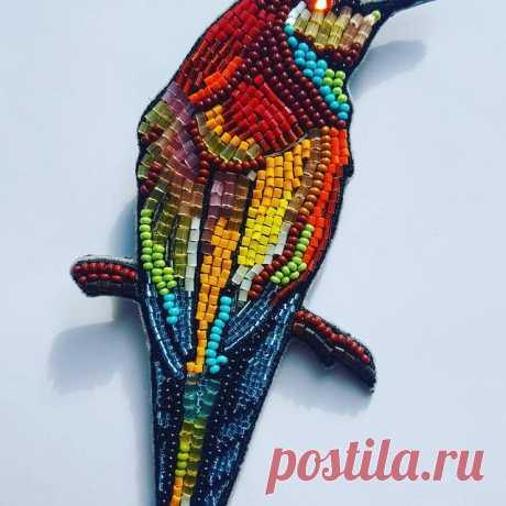Птичка непростая, совершенно райская, заморская... красоты невероятной! Вышита ручками и машинкой, брошь, несущая радость странствий, бисер