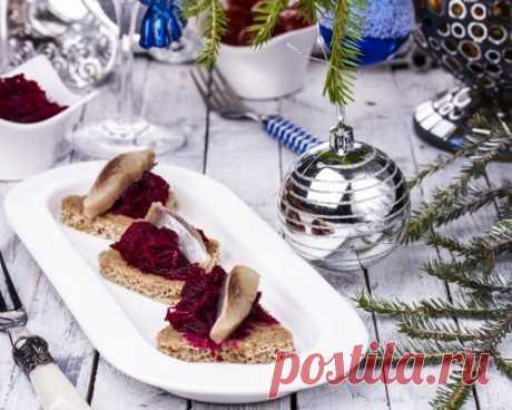 Рецепты на Новый год: Канапе с сельдью и свеклой