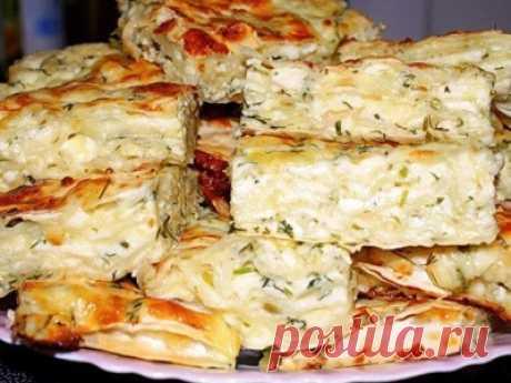 Рецепт: Ачма из лаваша Ингредиенты      3 тонких лаваша     500 г сыра сулугуни     200 г кефира     4 яйца     150 г сметаны     50 г сливочного масла     соль и перец     пучок укропа