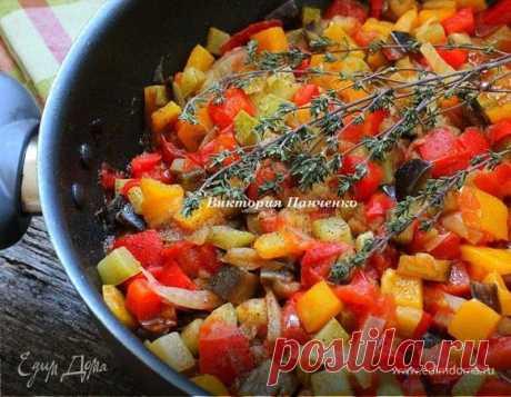 Овощное рагу Писто манчего (Pisto manchego). Ингредиенты: баклажаны, кабачки, перец болгарский красный Писто манчего - несложное в приготовлении традиционное овощное блюдо испанской кухни. Манчего указывает на происхождение блюда из региона Ла-Манчи, хотя в наши дни писто можно встретить на всей территории Испании, как в виде самостоятельного блюда, так и в качестве закуски-тапас. В кухнях разных стран можно встретить множество блюд, сходных с писто - во Франции это ратату...