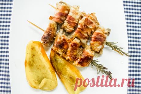 Обернули мясо беконом и жарим на обычной сковороде на шпажках