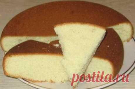 Бисквит   Ингредиенты: - 1 стакан сахара, - 1 стакан муки, - 4 яйца - ванилин на кончике ножа  Приготовление:  Отделяем белки от желтков. Начинаем взбивать белки на самой маленькой скорости миксера. Медленно, по одной ложке добавляем сахар и всыпаем ваниль.  Когда белковая масса станет белой и довольно плотной, так же по ложке добавляем желтки, продолжая при этом взбивать.  Убираем миксер и начинаем просевать в миску с белками муку, аккуратно вымешивая ложкой по направлени...