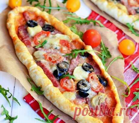 Пицца с салями, грибами и помидорами.  Классический рецепт вкуснейшей пиццы с кусочками салями, консервированными грибами, чёрными оливками маслинами), сыром и помидорами черри.  Ингредиенты Для теста: 500 гр. мука 250 мл. вода (теплая) 7 гр. дрожжи (сухие) 3 ст.л. растительное масло 1 ч.л. сахар 1 ч.л. соль  Для начинки: 200 гр. колбаса (салями) 50 гр. шампиньоны (консервированные) 100 гр. помидоры (черри) 250 гр. сыр (твердый) 50 гр. маслины 3 ст.л. соус (...