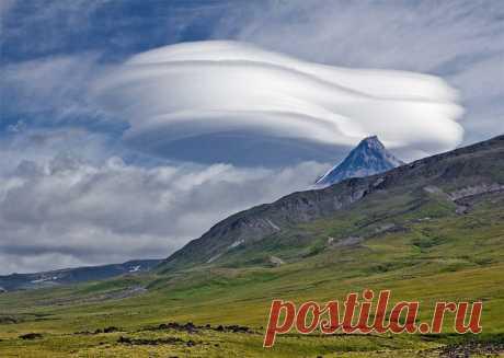 Лентикулярные (линзовидные) или чечевицеобразные облака.