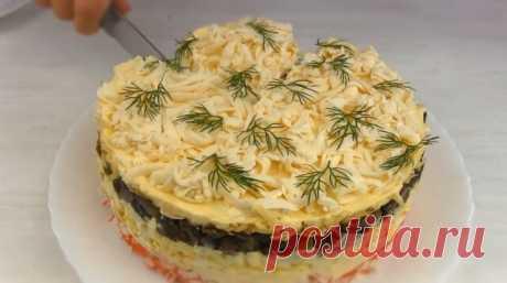 """Нереально Вкусный крабовый Салат на Новый Год """"Званый Ужин"""" Мы такой готовим уже лет 15.Один из самых любимых рецептов. Только сыр берем обычный, без плавленного, и грибы кладем первым слоем. Потом уже крабовые палочки."""