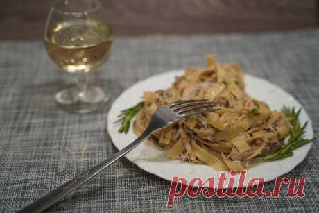 Для семейного ужина не иначе мы рады представить вам рецепт #тальятелле в сливочном соусе с грибами и фаршем. Нежные ароматы, переплетаясь, наполняют кухню домашним уютом.   Рецепт прост, но готовить нужно обязательно в хорошем настроении. Пожалуй, это главное требование в итальянской кухне.