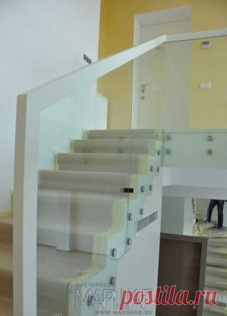 Лестницы, ограждения, перила из стекла, дерева, металла Маршаг – Стеклянные перила лестницы бетонной