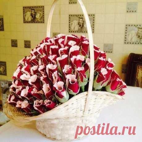 Подарочная корзина из сладких роз