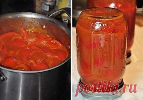 в томатном соусе Для приготовления понадобится: • болгарский перец - 2,5 кг.; • томатный сок - 1,5 л. или 2 кг. помидор; • растительное масло - 150 мл.; • соль - 3 ст.л.; • сахар - 2 ст.л.; • уксус (6%) - 100 мл Приготовление: 1. Перец хорошо помыть, почистить и разрезать на 4-6 частей. 2. В большую кастрюлю вылить томатный сок. Добавить соль, сахар, уксус и растительное масло. 3. Поставить кастрюлю на огонь и довести смесь до кипения. Когда томатный соус закипит добавить нарезанный перец.