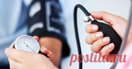 Таблетки для понижения давления – препараты, которые приходится принимать многим людям ежедневно или периодически, когда случаются приступы гипертонии.
