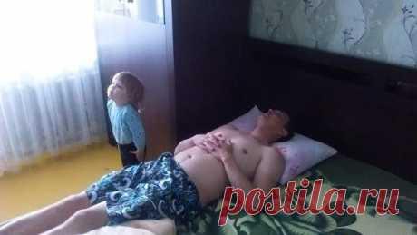 Говорят, отцы мало играют с детьми. Ложь! Игра мавзолей - папа Ленин, доча - часовой. Лучшая игра в мире