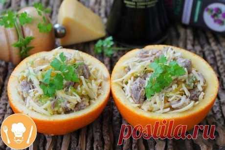 Салат с апельсином, яблоком и мясом     Ингредиенты:   Телятина — 200 г  Апельсин — 1 шт.  Яблоко — 0,5 шт.  Сыр твердый — 50 г  Соевый соус — 1 ч. л.  Масло растительное — 3 ст. л.  Зелень — 1 пучок  Перец черный — 1 щепотка   Приготовление:   1. Апельсин тщательно моем, разрезаем пополам и ложкой вынимаем мякоть. Шкурки должны остаться целыми. Дно можно немного подрезать, чтобы половинка апельсина была устойчивой.  2. Яблоко чистим, натираем и выкладываем в миску. Понадо...