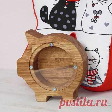 Копилка свинка из дуба в сочетании с подушкой - буквой от @alesiakalhina это отличный подарок #копилкаиздерева #издуба #подарок #подарокребенку #копилка #копилкасвинка