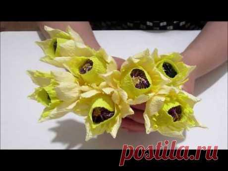 Цветы из гофрированной бумаги с конфетой.
