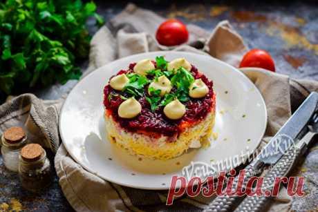 """Салат из свеклы """"Генерал"""", рецепт с фото пошагово Рецепт с фото пошагово покажет, как приготовить вкусный слоеный салат """"Генерал"""" из свеклы с куриным филе, яйцами и сыром."""
