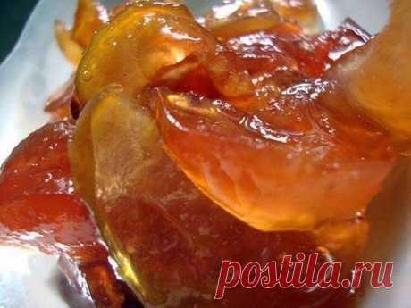 Вкусное и красивое варенье из яблок   яблоки 1 кг сахар 1кг - 1кг 200гр  -удалить сердцевины яблок  -засыпать сахаром и оставить на 10-12 часов Яблоки с сахаром должны постоять какое-то время, чтобы выделился сироп. Удобнее всего нарезать яблоки вечером, к утру они уже будут в яблочно–сахарном сиропе.  -дальше варить варенье из яблок на медленном огне, постоянно помешивая.  Закипело, выключить его и оставить остывать и пропитываться сиропчиком. Только так варенье ст...