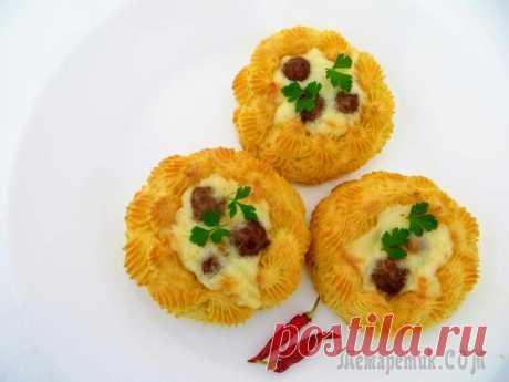 Картофельные гнезда с начинкой Обычная картошка и фарш, превращаются в изумительное блюдо! Отличный обед или ужин, впрочем украсит и праздничный стол! Воздушные картофельные гнезда с умопомрачительной начинкой! Готовьте, пробуйте, ...