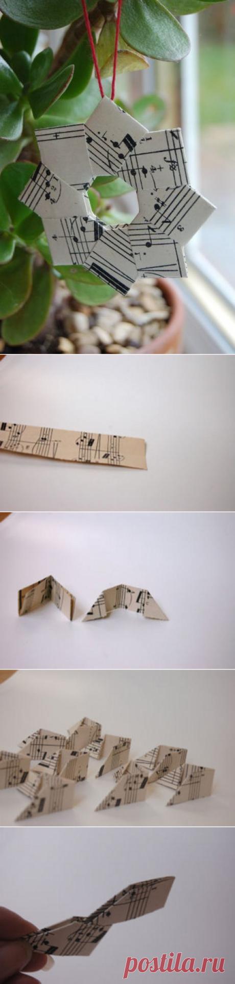 Оригинальная ёлочная игрушка— оригами  Помните, как в школе и детском саду перед Новым Годом мы всегда делали поделки-украшения из бумаги? Обычно это были несложные фонарики и снежинки. Мы предлагаем вам более оригинальный вариант — новогодний венок в стиле оригами.