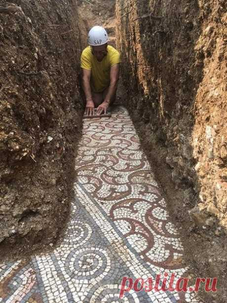 В Италии во время прокладки труб обнаружили древнеримскую мозаику. Это самая крупная историческая находка года. По мнению приехавших историков, мозаичный пол может относиться к III веку нашей эры.