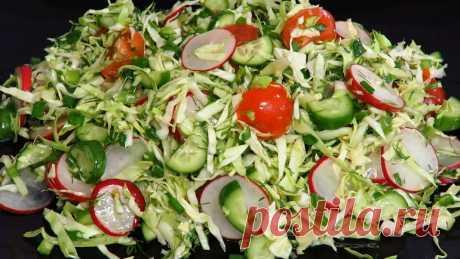 Витаминный салат с молодой капустой и редисом относится к моим самым любимым. Весенняя свежесть этого блюда с лёгкой ароматной заправкой поражает воображение: все в восторге. Нежный и насыщенный вкус закуски настолько неповторимый, что рука так и тянется за добавкой.