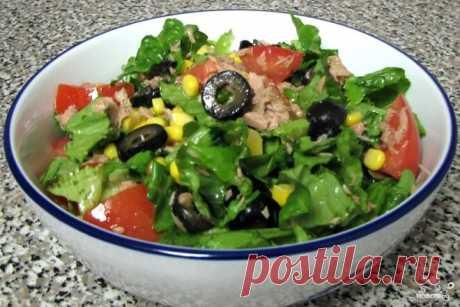 Зеленый салат с тунцом, кукурузой и оливками,