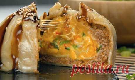 Китайские пельмени дамплинги с начинкой в три слоя: стоит попробовать - Вкусные рецепты - медиаплатформа МирТесен Дамплинги — по сути, пельмени или маленькие пирожки с начинкой — это одно из самых известных блюд китайской кухни, которое в наши дни люди едят по всему миру. Но чтобы насладиться вкуснейшими китайскими пельменями, нам не нужно идти в ресторан — дома мы можем сделать дамплинги с начинкой даже