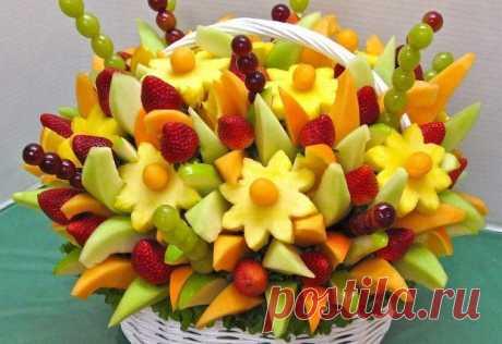 Красивая подача фруктов на праздничный стол.