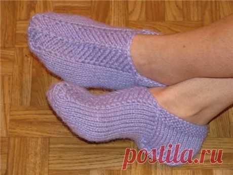 Следки на двух спицах.   Они очень удобные при носке и красиво смотрятся на ноге. Вяжутся из остатков пряжи, но лучше всего использовать пряжу, в составе которой больше шерсти, т.к. они будут теплые и повторять форму вашей …