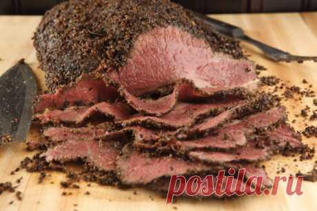 Как приготовить пастрому дома      Мясной продукт со звучным названием пастрома насчитывает несколько столетий своего существования. Делали пастрому из практических соображений, пытаясь таким образом сохранить мясо пригодным для у…