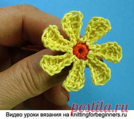 Начинаем вязать – Видео уроки вязания » Маленькая ромашка – Вязаные цветы – Урок №90