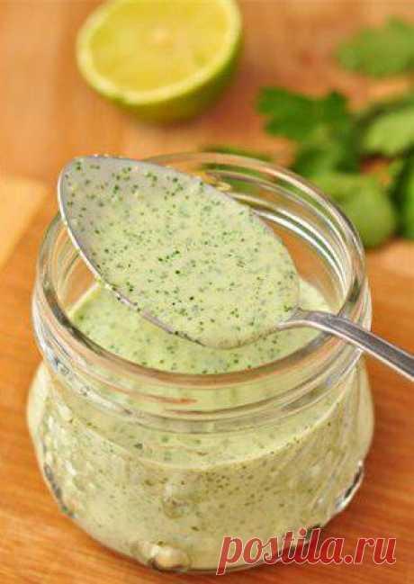 Йогуртовый соус с кинзой. Очень вкусный соус! Прекрасно им заправлять салаты, приправлять отварную картошку, овощи, добавлять в питу с котлетой, или в лаваш.