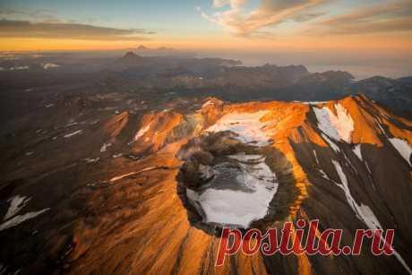 Последние лучи солнца над Мутновский вулканом, Камчатка. Автор фото — Максим Балаховский: Добрых снов.
