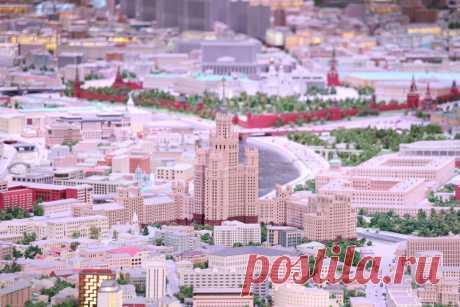 Очень классное и бесплатное место в столице – это Макет Москвы: чем он мне понравился  и где его найти. Макет занимает площадь более 1,5 гектара, и можно спокойно заблудиться в городе с такой планировкой: всё четко разделено на зоны, каждая из которых имеет свой цвет. Но даже если вы не заблудитесь, то удовольствие от такого вида городского пейзажа с высоты птичьего полёта точно получите! На макете можно увидеть более 300 зданий – от Кремля и Красной площади до бывших заводов и складских помещ…