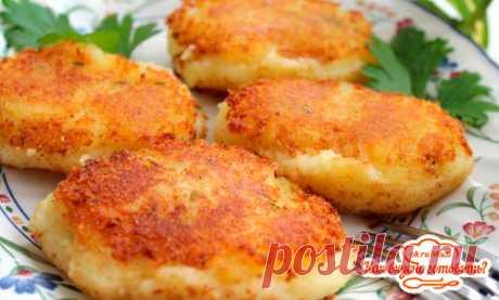 Любителям картофельных котлет полезно знать, что пышность и нежный вкус таким котлеткам придаст взбитый яичный белок.