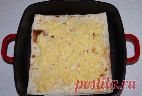Сырный пирог из армянского лаваша  Ингредиенты:  -упаковка армянского лаваша -1 яйцо -70 мл молока -500 г сыра, подойдет обычный российский сыр  Приготовление:  Натереть сыр на крупной терке. Яйцо с молоком взбить и добавить в сыр, перемешать. Противень смазать растительным маслом и разложить на нем 1 слой лаваша. Лаваш намазать сыром и положить следующий слой лаваша, получается примерно где-то 5 слоев. Последний слой должен заканчиваться лавашом, смазать верхний слой слив...