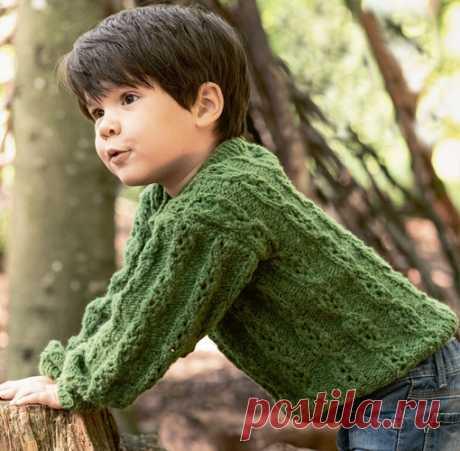 Зеленый пуловер с ажурными косами детям.  Теплый и симпатичный пуловер с красивыми, но неброскими ажурными косами подойдет и мальчику, и девочке.  Размер Показать полностью...