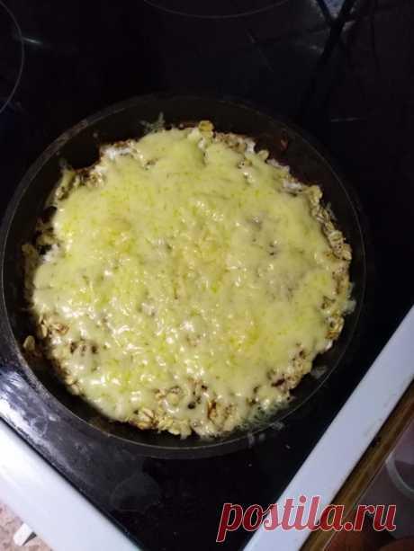 Мой идеальный завтрак: Жареная овсянка с сыром - Пир во время езды Это блюдо отлично подойдет для завтрака, так как готовится быстро, не требует труднодоступных ингредиентов, а также очень вкусное и питательное! Содержит в себе все необходимые макро-и микро- ингредиенты для хорошего начала дня. Готовлю такой завтрак внукам уже на протяжении года, и вкус каждый раз радует. Все в восторге от такого здорового блюда! Ингредиенты: Овсяные хлопья …